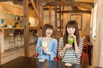 【写真を見る】糸島野菜をふんだんに使ったスムージーが人気の店「Blue Roof 」。 約15種類あるドリンクはすべてテイクアウト可能