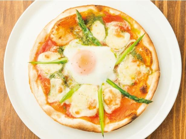 「旬の暦レストラン ダンザパデーラ 」。「 アスパラと糸島産直卵のビスマルクピッツァ」