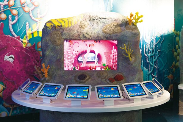 タッチパネルで色を塗ったバーチャルな生き物が、目の前のスクリーンで泳ぎだす!