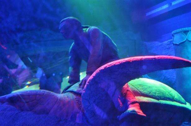 館内で最大の水槽が広がる。水中に浦島太郎と乙姫様のオブジェが設置され、魚とたわむれる竜宮城の世界を表現
