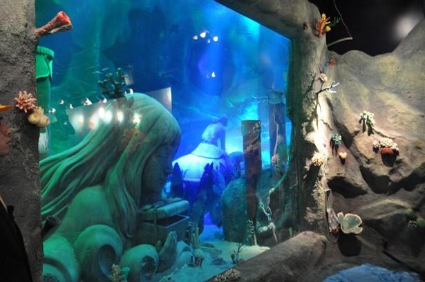 浦島太郎よりももっと大きな乙姫様の石像も水中に。玉手箱には秘密の仕掛けも…