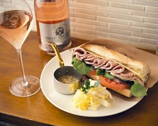「ローストポーク・オニオン・ルッコラ・チーズ・トマト」のサンドイッチ¥1,296。別添えのソースは香草マスタード
