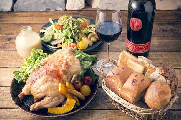 【写真を見る】手前左は「丸鶏のオーブン焼き・一羽」¥2,678。赤ワインはカリフォルニアの「シルクウッド キャブ シラー レッド デュエット」ボトル¥3,672