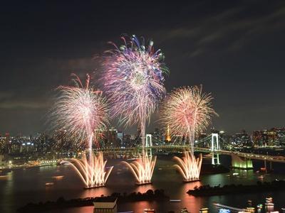 【写真を見る】美しいお台場の夜景と花火がコラボレーション