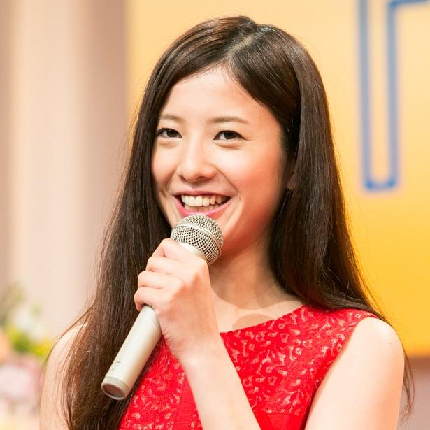 赤のドレスを着ている吉高由里子