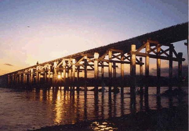 夕暮れの流れ橋(架け替え前)。※18年4月現在流出中