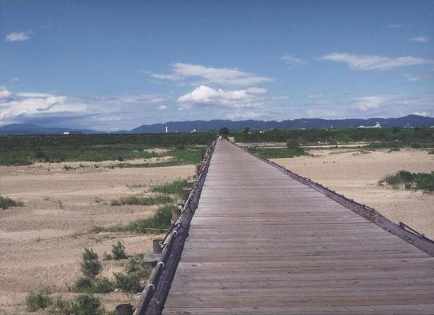 真夏の「流れ橋」。視界いっぱいに空と山並みが広がる心地よい風景。一度は渡る価値あり!※18年4月現在流出中