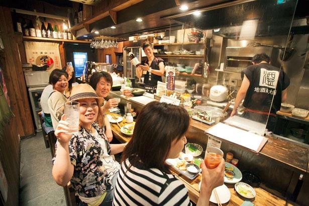 1階はライブ感たっぷりのオープンキッチンのカウンター席/地酒蔵大阪 本店