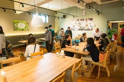 飲食スペースでは購入したデリや惣菜を楽しめるだけでなく、店内で販売する野菜を使ったメニューも味わえる