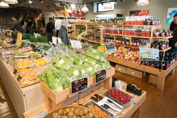 店内に入ってすぐの小売スペースには、旬の野菜はもちろん、梅干しや漬物、弁当やサンドイッチ、サラダなどのデリメニュー、生花などが並ぶ