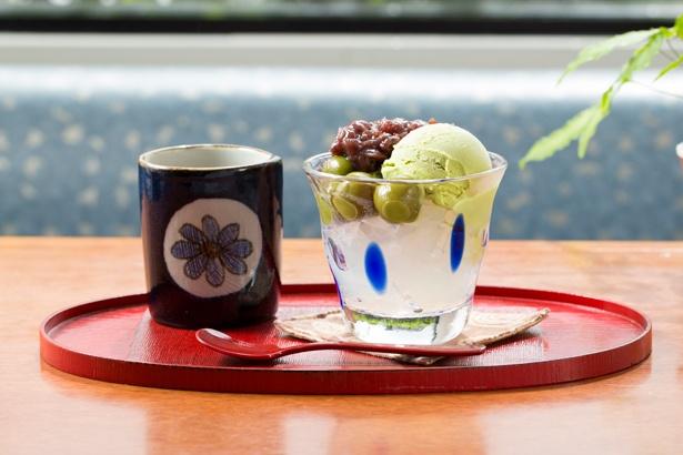 抹茶だんごのあんみつ(630円)。モチモチの抹茶だんごの食感にハマる!
