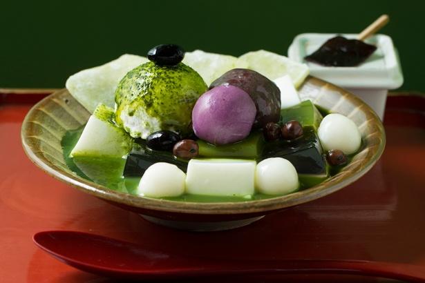 【写真を見る】抹茶あんみつ(800円)。抹茶蜜をたっぷりかけて食べよう