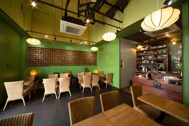鮮やかなグリーンの壁が目を引く、スタイリッシュな店内