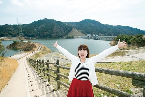 【写真を見る】ダムによって形成された富士しゃくなげ湖。佐賀県最大 規模の人造湖で、「ダムの駅 富士 しゃくなげの里」から一望できる