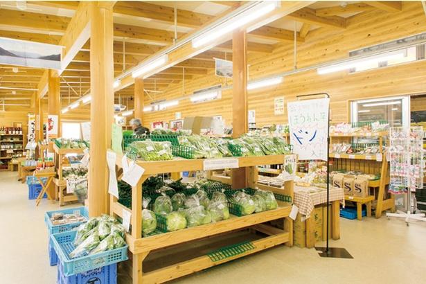「ダムの駅 富士 しゃくなげの里」。ホウレン草、レタス、米などの地元特産品をはじめ、店頭には1000点以上が並ぶ