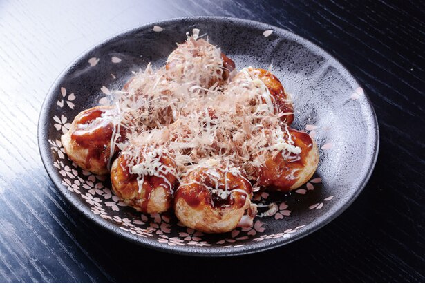 「たこ膳」のたこ焼(8個500円)。特製ソースが食欲をそそる。タコなし(400円)も意外な人気