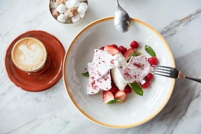bills福岡限定の「bills イートン・メス」(税抜1000円)。メレンゲのしゅわしゅわした食感とフルーツの酸味が特徴的で、イチゴは福岡が世界に誇る「博多あまおう」を使用