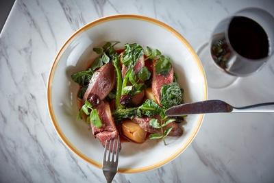 bills銀座ディナータイム限定の「鴨胸肉のロースト、チェリートマト」(税抜3200円)。銀座の夜景と一緒に楽しみたい一皿