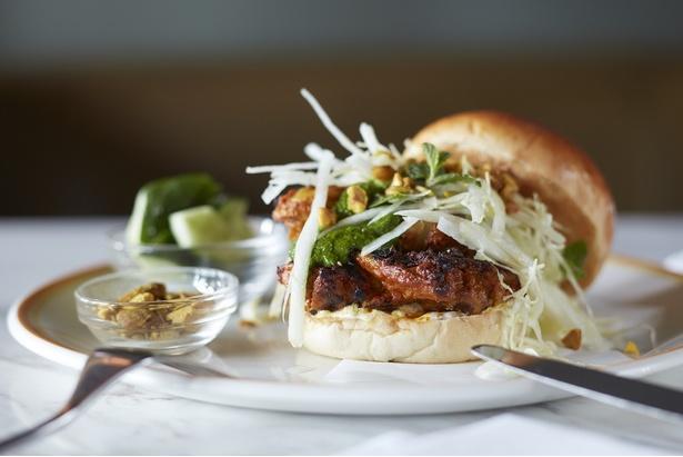 「グリルドチキンバーガー」(税抜2100円)。地中海風のスパイスを使用したマグリブフレーバーたっぷりのバーガー