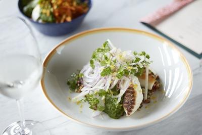 「鯛のロースト、グリーンソース」(税抜2400円)。春夏にぴったりなさわやかな魚料理に、タブーリというパセリ風味のサラダがアクセント