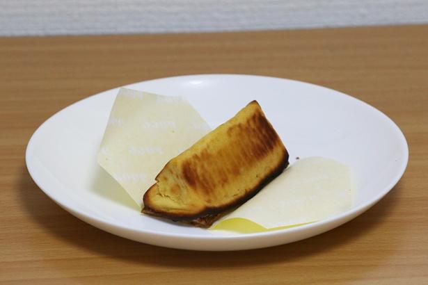 【写真を見る】三角の形状が新鮮な「焼きたてスイートポテトパイ」