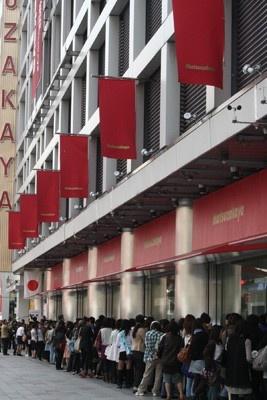 銀座松坂屋前に1000人が行列!