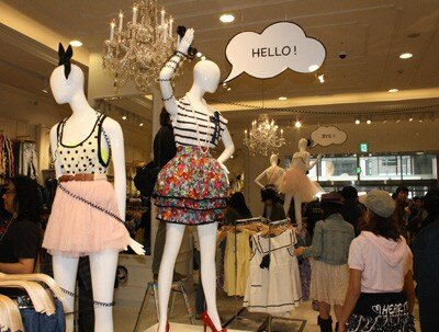 【写真】こんなかわいいスカートやトップス、アクセサリーまで店内にはお宝がズラリ!