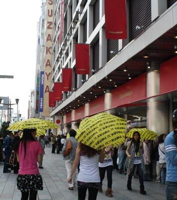 開店前にはノベルティの傘を持って歩くスタッフのパフォーマンスも