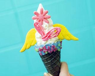 一番人気のソフトクリーム(486円)。+108円でクッキーなど3種をトッピングできる