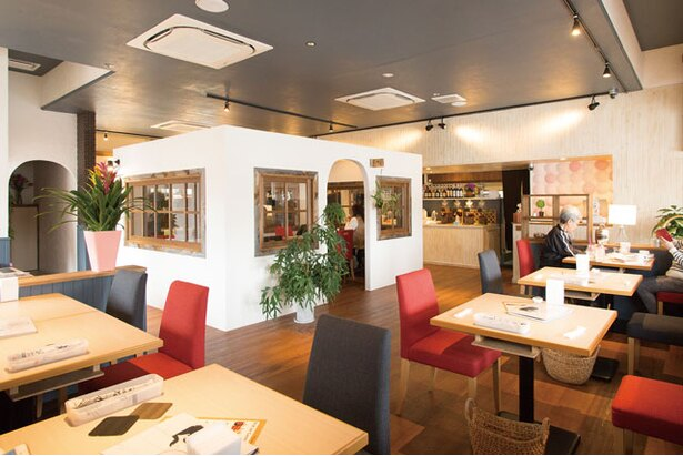 「IROHA'sカフェ」。白壁に囲まれたテーブル席やテラス席などがあり、座る席で表情がガラリと変わる