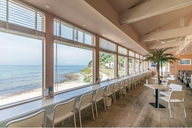 「SURF SIDE CAFE」は全席オーシャンビュー。ペットOKのテラス30席もある