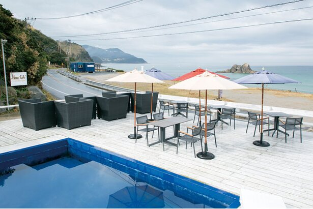 「Hona Café 糸島店」はプール付きのテラスがあり、リゾート感はR54号沿い屈指!