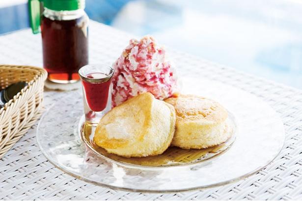 【写真を見る】メガ盛りホイップに歓喜!「Hona Café 糸島店」の「リコッタパンケーキ(1296円)。味の決め手となる自家製リコッタチーズは毎日作っていて、フレッシュなものを使用