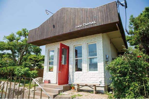 「いちごやcafe TANNAL」。屋根はイチゴのヘタのよう。赤い扉を開けて入ろう