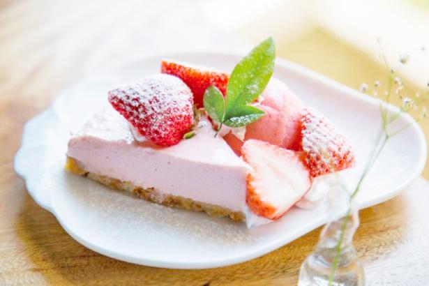 「いちごやcafe TANNAL」の「レアチーズケーキ」(530円)はイチゴの果汁がたっぷり!