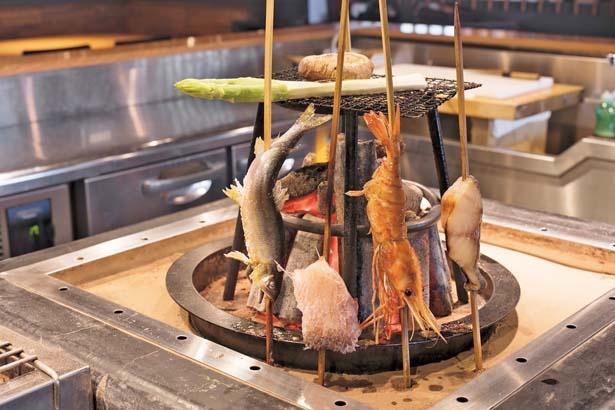 【写真を見る】名物の「甘鯛のパリパリ焼き」(950円)など/いろり焼き かるた