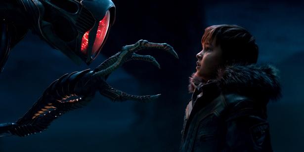 【写真を見る】未知の惑星でロビンソン一家を待ち受けているものとは…?