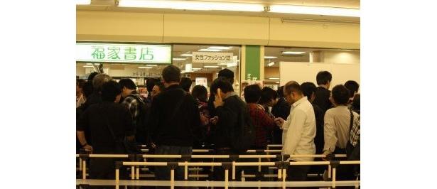 握手会に参加した300人のファンたち