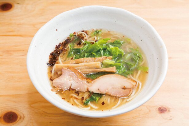 「朝塩そば」(550円)。「朝醤そば」と同じスープに、熟成させた塩ダレを合わせたまろやかな一杯
