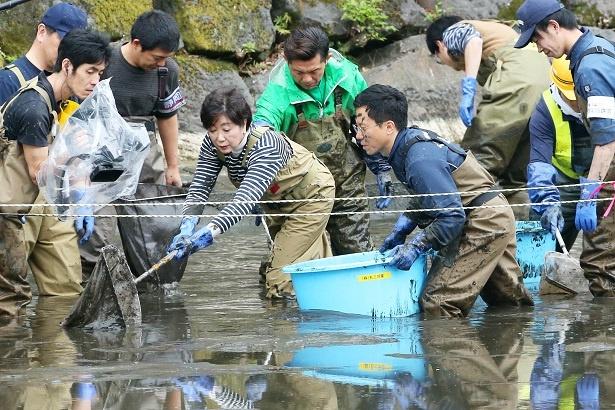 小池百合子都知事が「池の水ぜんぶ抜く大作戦」で泥だらけに