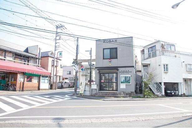 ゆかりの地をまとめた地図を目当てにファンが訪ねてくる「岡村交番」
