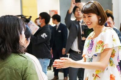 【写真を見る】イベント初日に来場者を出迎える鈴木ちなみ