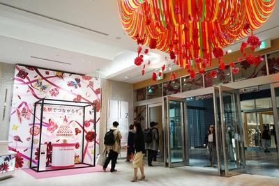 """イベントのテーマは「名駅でつながろう」。""""つながる""""にかけて館内にはリボンアートの装飾が施された"""