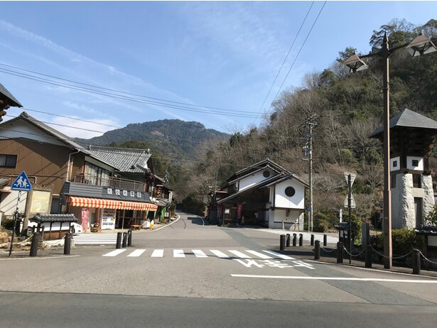 鳳来寺山の麓の町並み
