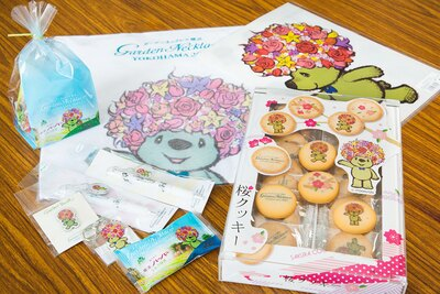 「ハンドタオル」(756円)、「キーホルダー」(432円)、「桜クッキー」(864円)、「横濱ハーバーミルク抹茶」(135円・1個)など