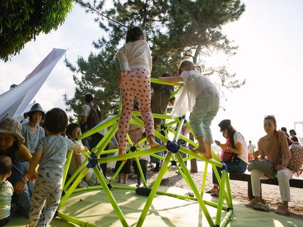 【写真を見る】キッズエリアで遊ぶ子どもたち。花火が始まる前から大はしゃぎ!(写真は昨年の様子)