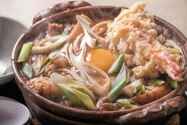 えび玉子みそ煮込み(1120円)。寿司ネタにもできる上質なクルマエビの天ぷらは身がプリップリ!衣のコクが味噌の旨味と相まって食欲をそそる / まことや
