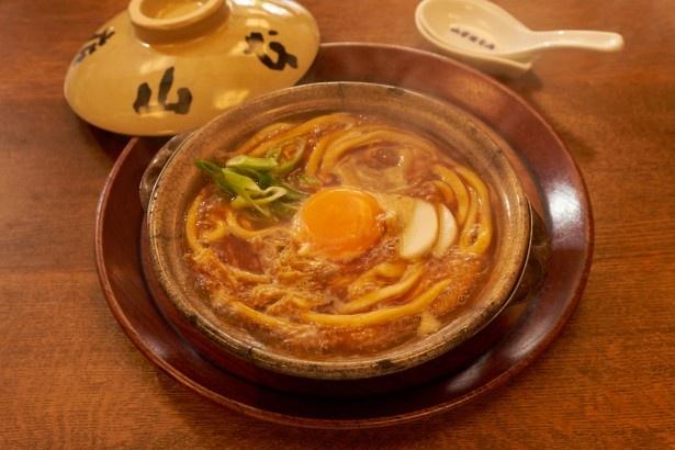【写真を見る】味噌煮込うどん(1080円)。濃厚でまろやかな味噌のスープが口の中で広がる/山本屋本店