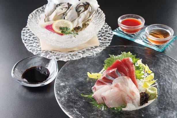 1フード注文するならコレがおすすめ!「産直鮮魚の刺身3点盛り」(手前 1598円)。「真牡蠣のワインビネガーソースとチリソースで!」(奥、2個951円)