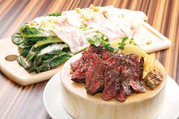 1フード注文するならおすすめなのがコレ。「牛ハラミ肉のグリル」(手前 1510円)と、「焼きロメイン チーズサラダ」(奥 1078円)